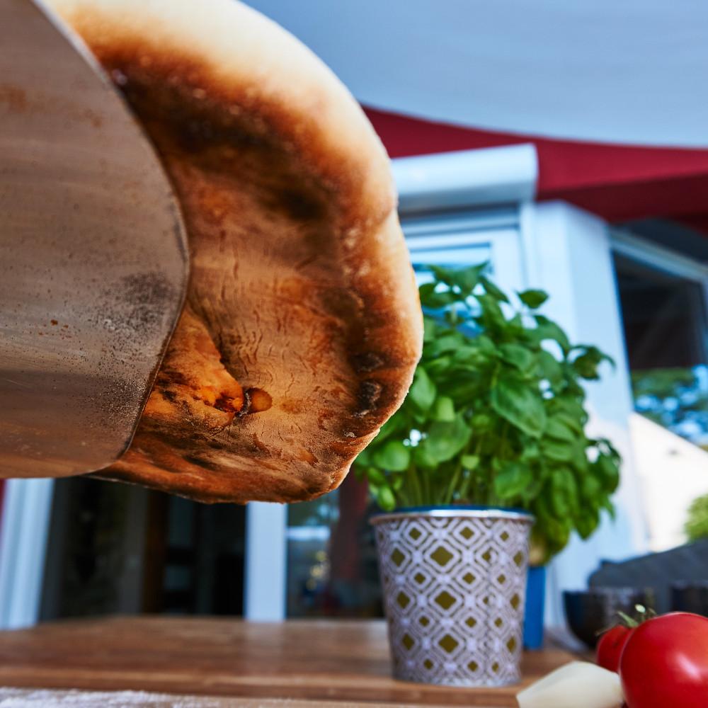 Krosser Boden einer Pizza vom Gasgrill