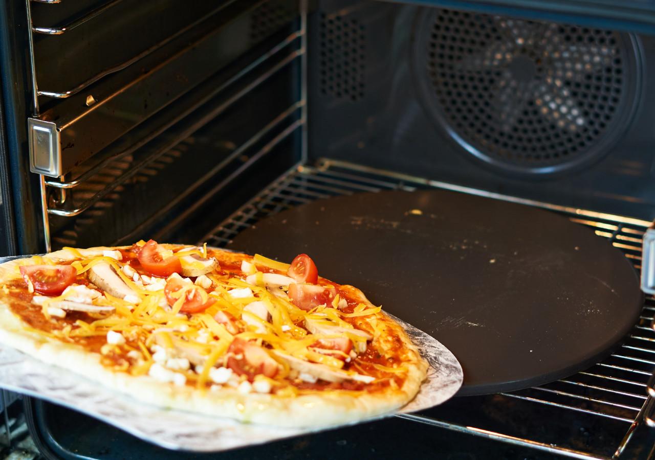Pizza mit einem Pizzastein