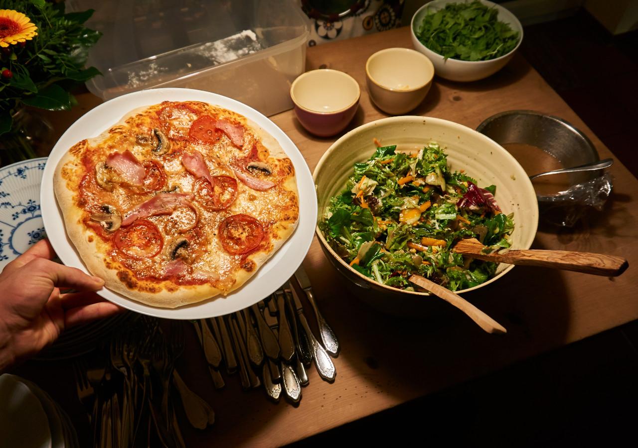 Leckere Pizza mit gesundem Saltat