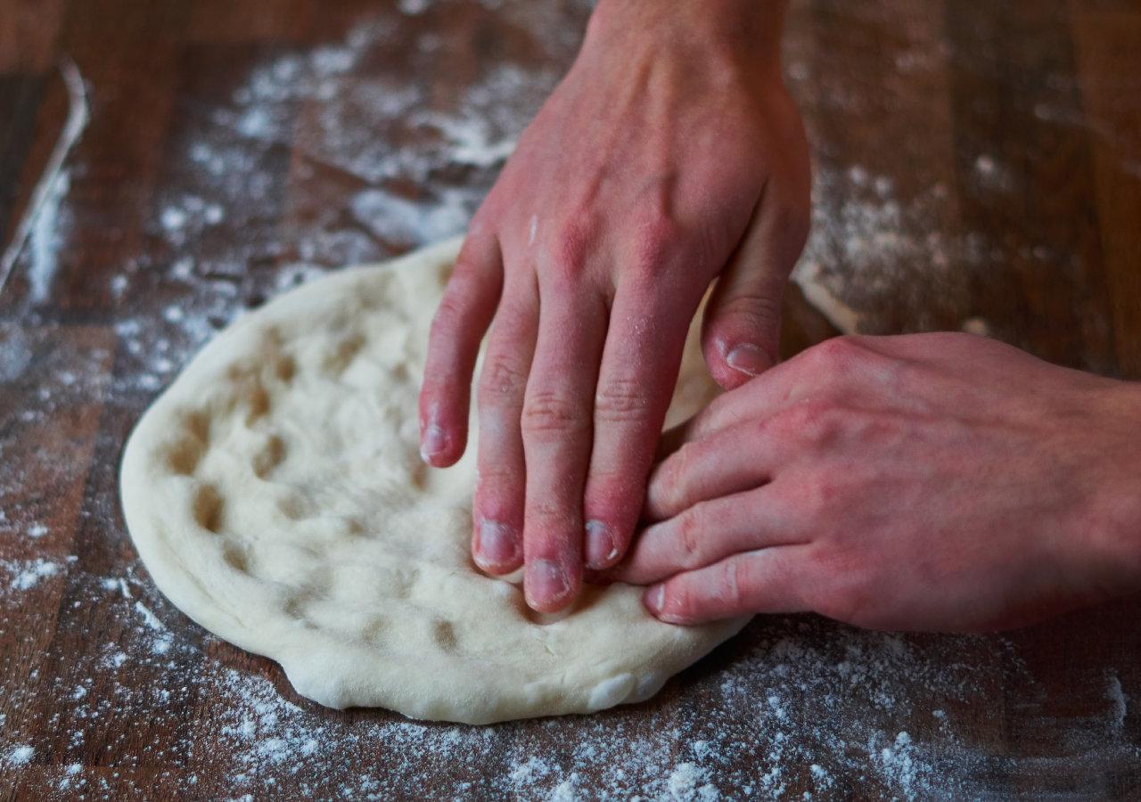 Teig ausbreiten fürs Pizza backen