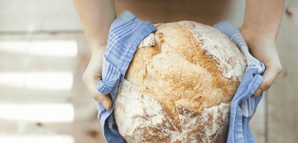 Selbstgebackenes Brot mit dem Brotbackstein