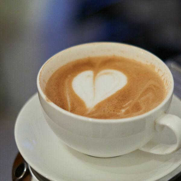 Endlich funktioniert es: Ein Cappuccino mit Herz