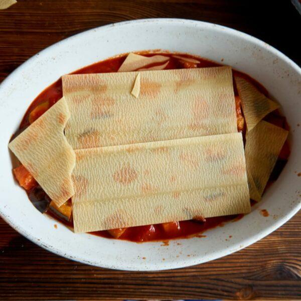 Schichtung der Lasagne in der Form