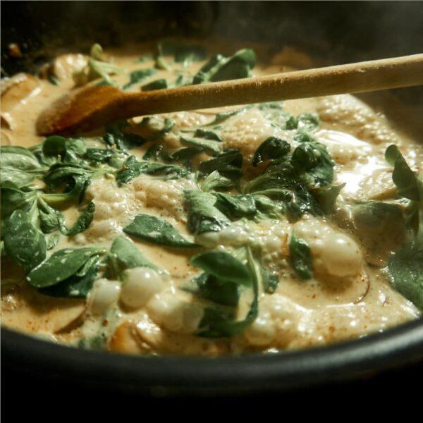 Gnocchi mit Spinat in der Pfanne