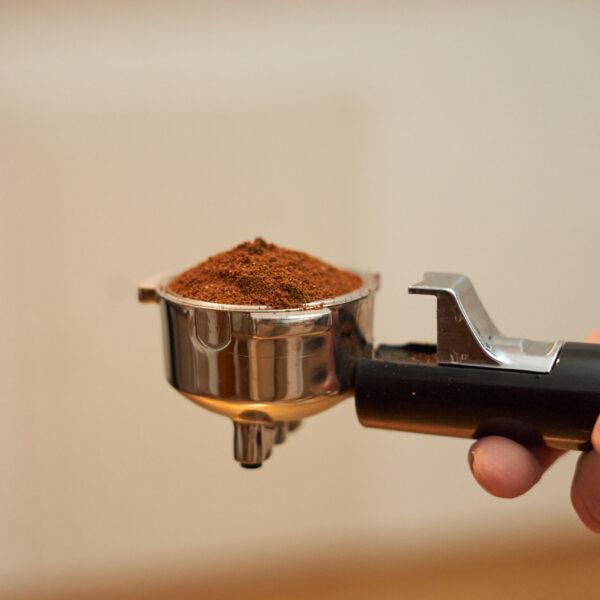 Siebträger mit lockerem Kaffeepulver