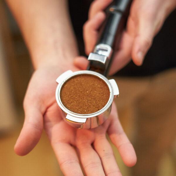 4. Das verdichtete Kaffeepulver im Siebträger