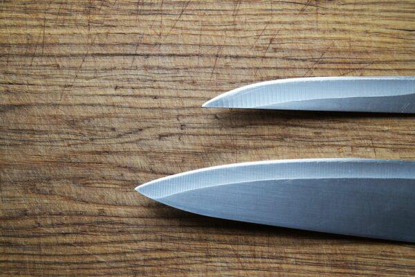 Klinge eines Küchenmessers schärfen