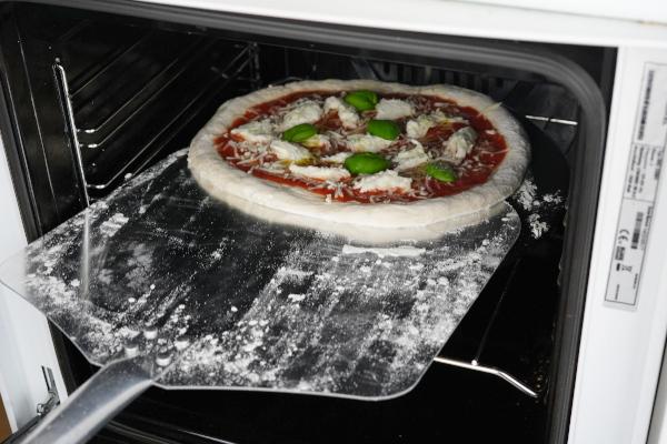 Pizza-auf-Pizzastein-schieben