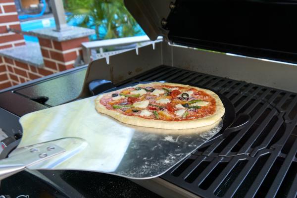 Pizza auf den Grill bekommen