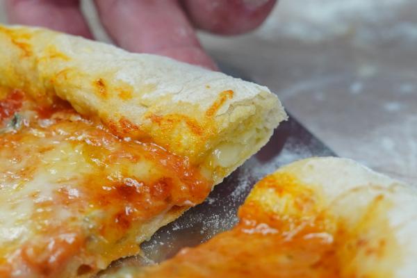 Käse-im-Rand-der-KäsePizza