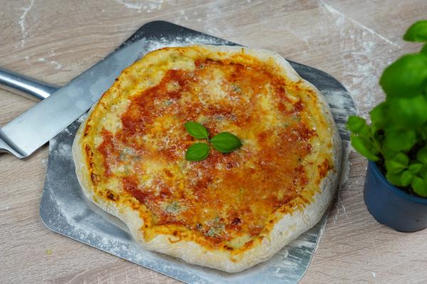 Käsepizza-mit-Käserand