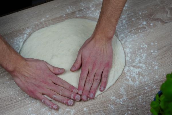Pizza-mit-Käserand-Teig