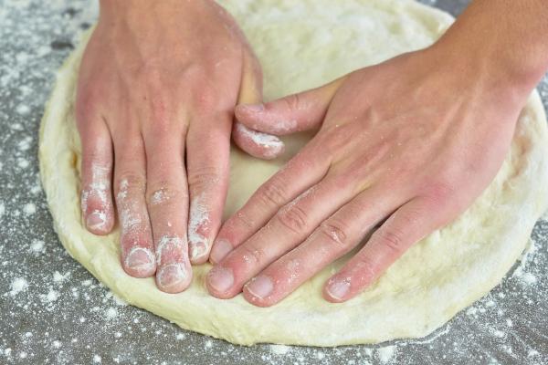 Pizzateig ausrollen ohne Rolle