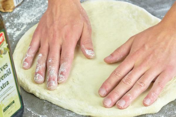 Pizzateig ausrollen